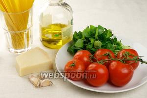 Основные ингредиенты для приготовления спагетти — помидоры черри, пармезан, базилик, оливковое масло и специи.