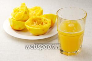 Затем из апельсинов выдавить сок, необходимо приблизительно 250 мл.