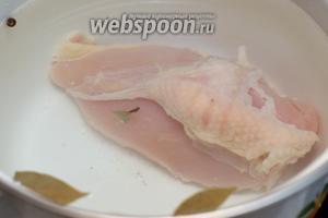 Куриную грудку отварить 30-40 минут с момента закипания, добавив в воду щепотку соли, лавровый лист и душистый перец.