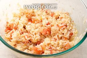 Добавить курицу, помидоры, соль и перец по вкусу — всё перемешать, подавать присыпав мелко порезанной петрушкой.