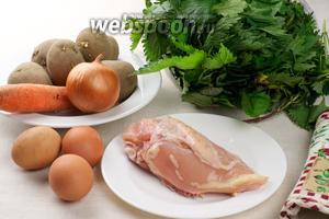 Основные продукты для приготовления зелёного борща — крапива, куриная грудка, лук, морковь, картофель, яйца и специи.