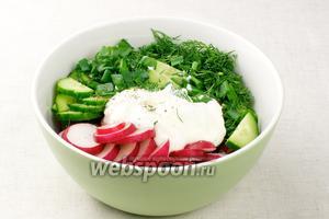 Соединить овощи, добавить сметану 2 столовые ложки, лимонный сок столовую ложку, щепотку молотого чёрного перца и соли.
