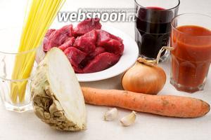 Для приготовления спагетти с соусом болоньез нужно взять сельдерей, морковь, лук, чеснок, красное вино, специи и томатную заправку — это помидоры консервированные в собственном соку (пропущенные через мясорубку и без специй).