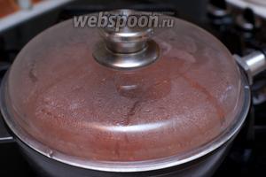 Довести до кипения, добавить соль и перец по вкусу. Готовить соус под крышкой на медленном огне не менее 2 часов, периодически помешивая.