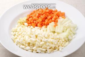 Сельдерей (300 г), 1 луковицу, 1 морковь и 2 зубчика чеснока очистить и мелко порезать.