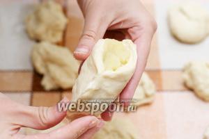 В центр каждой заготовки кладём начинку и плотно скрепляем края, а затем формируем пирожок.