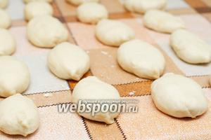 Получается приблизительно 20 штук, приготовленным пирожкам дать настояться 5-10 минут.