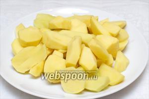 Приготовим начинку, для этого 6-7 средних картофелин надо очистить и крупно порезать.