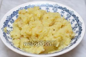 Слить воду с картофеля, размять его толкушкой, добавить зажарку, соль и чёрный молотый перец по вкусу, и дать остыть.