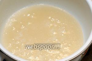 Довести до кипения, постоянно помешивая и варить сироп 2-3 минуты.