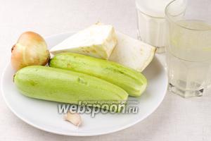 Для супа необходимо взять кабачки, сельдерей, репчатый лук, чеснок.  Куриный бульон  предварительно хорошо разогреть. Сливки лучше брать жирностью 20-30%.