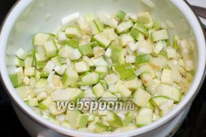 Добавить сельдерей и кабачки, помешивая готовить ещё 5 минут.