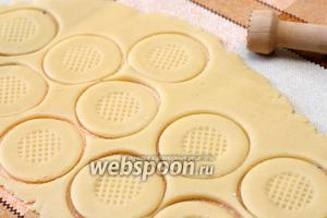 Раскатать тесто в тонкий пласт толщиной 3-4 мм. Выдавить небольшим стаканом на нём печенье. Украсить печенье можно придавив в центре мадлер или например молоток для отбивания мяса.