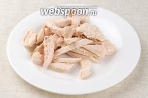 Отварное мясо тонко порезать.
