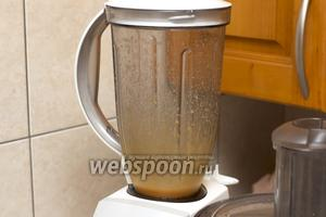 В блендере хорошо взбить желтки, 0,5 чайной ложки горчицы, небольшую щепотку соли и сахара.