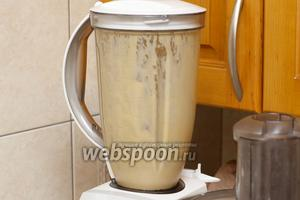 Продолжаем взбивать, добавляя растительное масло до желаемой густоты (вливаем масло тонкой струйкой). Затем добавляем лимонный сок — майонез станет более жидким. Ещё раз всё взбиваем до однородности.
