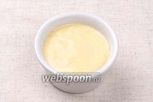 Из приведённого объёма продуктов получается 5-6 столовых ложек соуса.  Готовый майонез можно хранить в холодильнике в герметично закрытой ёмкости около 1 недели.