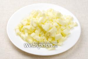 Яблоко помыть, удалить семена и кожуру, мелко порезать.