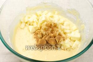 Добавить в тесто порезанное яблоко и 1-2 ч. л. корицы, и ещё раз всё перемешать.