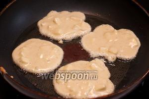 В сковороде разогреть 3-4 ст. л. растительного масла. Жарить оладьи на среднем огне, выкладывая тесто столовой ложкой.