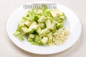 Кабачок хорошо помыть и порезать кубиками, чеснок мелко порезать.