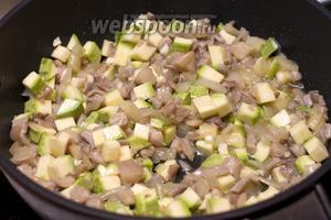 Затем добавить кабачок и чеснок жарить ещё 2-3 минуты.