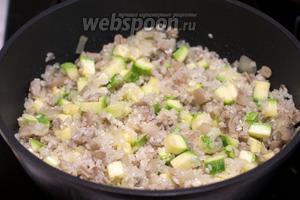 Добавить рис, всё перемешать и готовить всё 2-3 минуты.