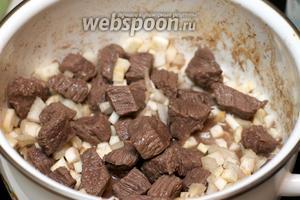 Затем добавить лук, чеснок и сельдерей — хорошо перемешать и жарить всё 2-3 минуты.