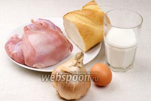 Для приготовления индюшиных котлет необходимы репчатый лук, яйцо, молоко, батон должен быть немного подсохшим.