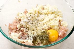 Затем добавить 1 яйцо, 1 ч. л. сухой петрушки, щепотку чёрного молотого перца и соли, и мякоть батона, слегка отжав лишнее молоко.