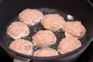 В сковороде разогреть 3-4 ст. л. растительного масла и выложить котлеты.