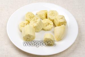 Банан очистить и порезать.