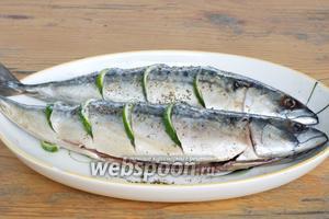 Натереть рыбу солью, перцем и смесью прованских трав. Вставить в надрезы дольки лайма.