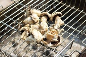 Запекать грибы 7-10 минут, переворачивая решётку, чтобы шампиньоны равномерно запеклись.