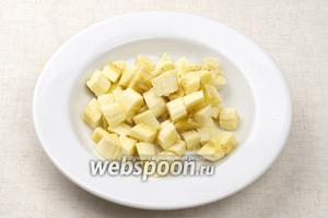 Бананы очистить от кожуры и порезать кубиками.