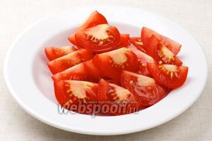 Помыть и порезать помидоры.
