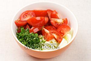 Соединить все продукты — помидоры, лук-порей, мяту и 2-3 столовые ложки оливкового масла.