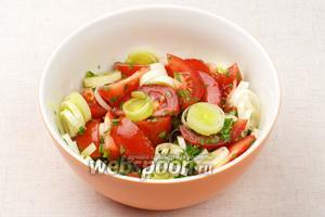 Перемешать салат и добавить соль по вкусу.