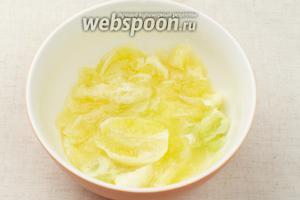 Затем удалить с лимонов белую кожуру, а мякоть порезать и хорошо подавить, чтобы извлечь максимальное количество лимонного сока.