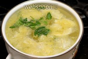 Воду в кастрюле объёмом 3 литра довести до кипения, добавить цедру, лимоны с соком, сахар и мяту (мяту помыть и порвать). Варить 1-2 минуты, затем снять с огня и остудить.