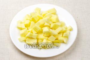Яблоко помыть, очистить от семян и кожуры — порезать кубиками.