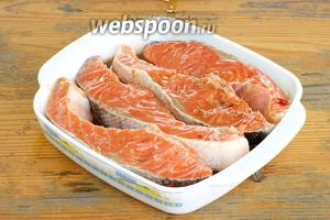 Уложить рыбу в соус и оставить в прохладном месте минимум на 1 час.