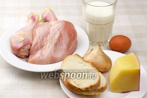 Для приготовления куриных котлет нужны яйцо, сыр, сухой батон, репчатый лук и специи.