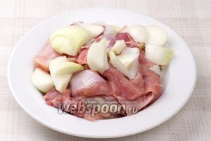 Куриное мясо помыть и порезать на кусочки, луковицу очистить и порезать.