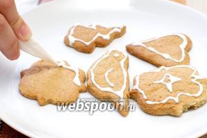 Когда печенье остынет, через кулинарный мешок наносим глазурь.