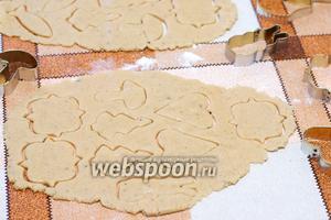 На столе раскатать тесто толщиной приблизительно 5 мм, и выдавить формочками печенье. Если формочек нет, то можно просто выдавить кружки стаканом.