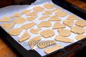 Застелить противень пергаментной бумагой и выложить печенье.