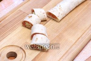 Получившийся рулет порезать на порции толщиной приблизительно 3 см.