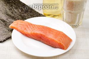 Для приготовления роллов нам понадобится японский или круглозернистый рис, слабосолёный лосось и 3 больших листа нори, для украшения будем использовать икру летучей рыбы (тобико) зелёного цвета.