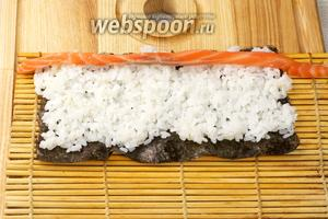 Затем выложить начинку — 1-2 полоски лосося.